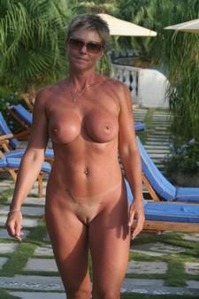 Mature woman posing nude..